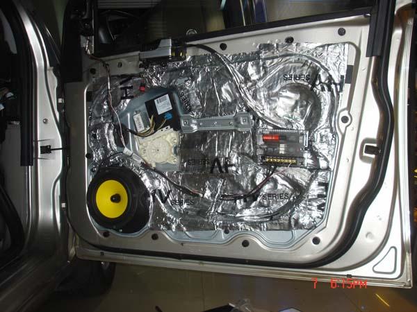 右侧前门安装惠威f1600两分频套装,图为门板隔音,并装好f1600低音单体